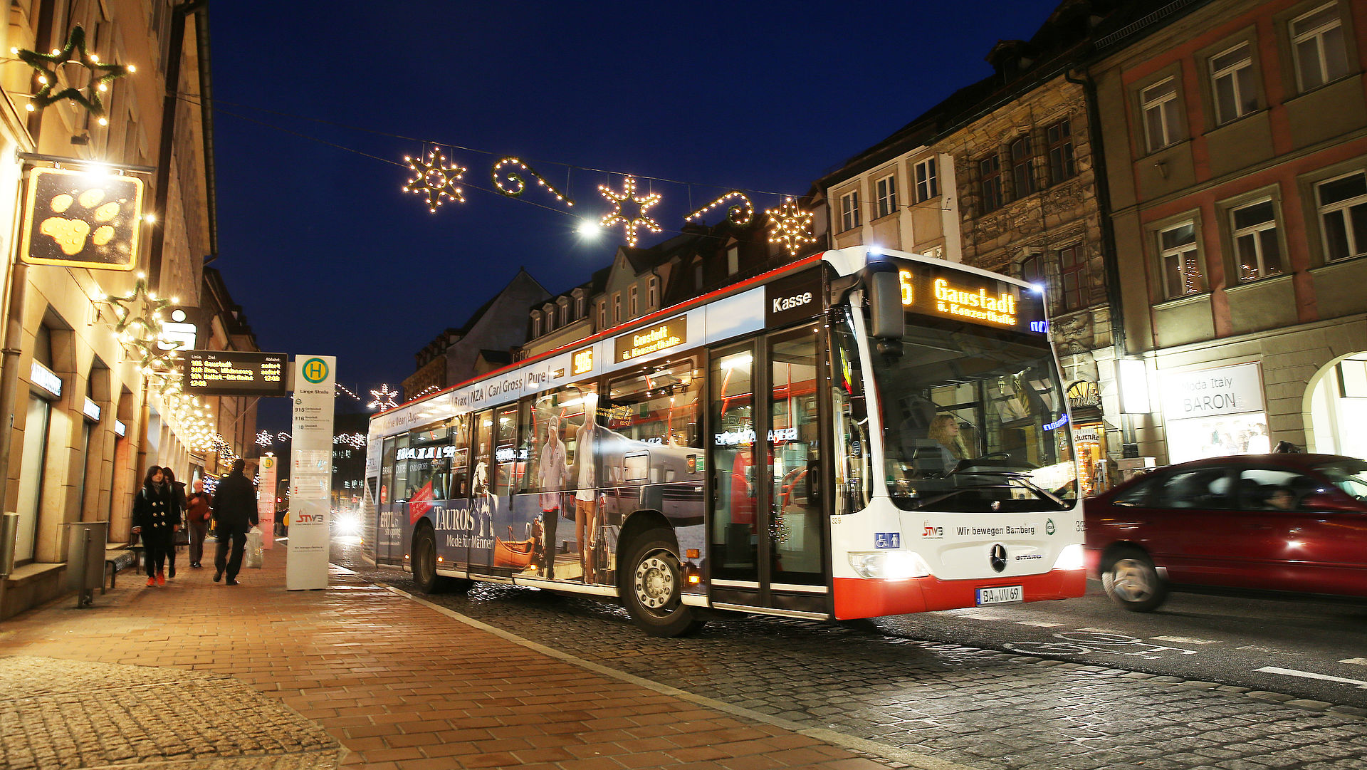 Bus in Bamberg mit Adventsbeleuchtung